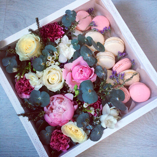 Цветы и макаруны в коробке