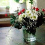 Чудесный букет из хризантем и кустовых роз